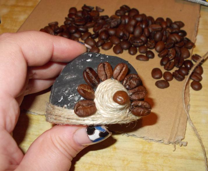 Поделка ежик кофе зерна
